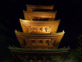La pagode d'Ikegami Honmonji illuminée
