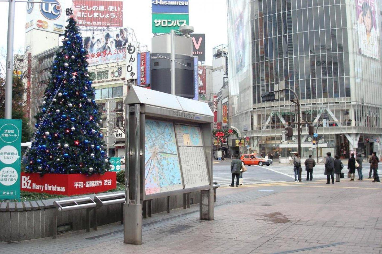 ด้านทิศตะวันออกเฉียงเหนือของลานรูปปั้นช่วงเทศกาลตริสต์มาส