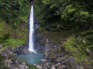 Air terjun Senrigataki dan suara percikan airnya sangat indah