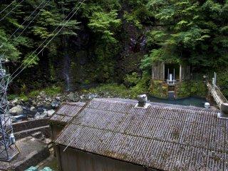 Di tengah perjalanan, kami menemukan pembangkit listrik tenaga air.