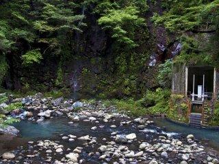 Pembangkit listrik tenanga air dekat air terjun dapat menghasilkan energi sangat besar.
