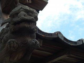 木彫りの彫刻に青空が映える