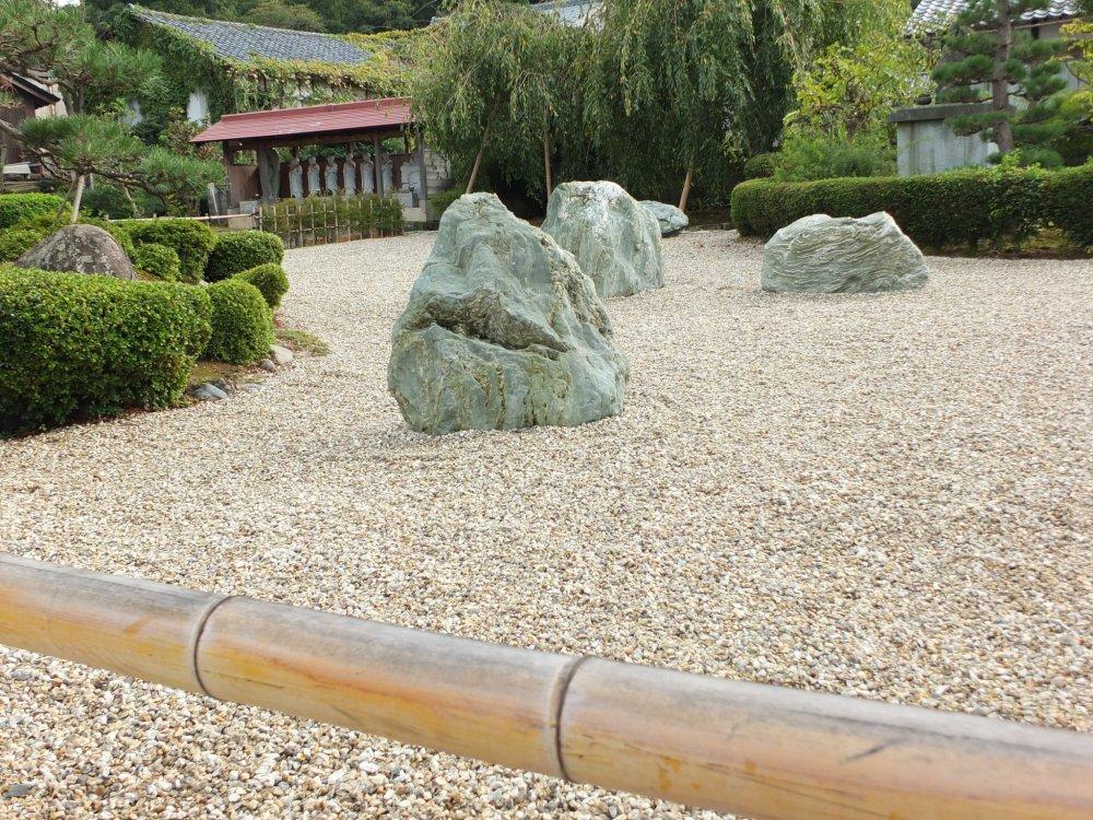 石庭と竹製の柵