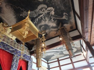 この寺の美しい天井画は、鯖江藩第7代藩主、間部 詮勝(まなべあきかつ)が自ら描いたことで有名である