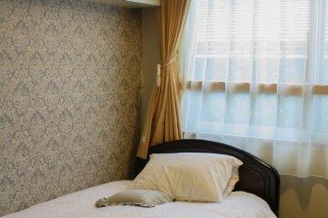 The snug single room