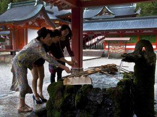 身体を清めるために使われる手水舎が、入口近くにある。本殿に参る前に手と口を清めねばならない