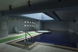สระน้ำในร่มนี้เป็นน้ำแร่ธรรมชาติร้อนที่โรงแรมราวิเอะ คาวาเรียวใกล้สถานีอิโตะ