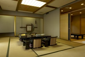 ห้องสูทนั้นมีขนาดใหญ่มากพร้อมห้องน้ำชาในตัวด้วย