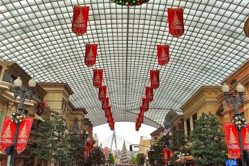The main thoroughfare at Universal Studios Japan during Christmas, appropriately named Rodeo Drive