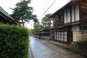 寺町通り。いくつもの寺院がこの通り沿いにある。いかにも城下町らしい風情