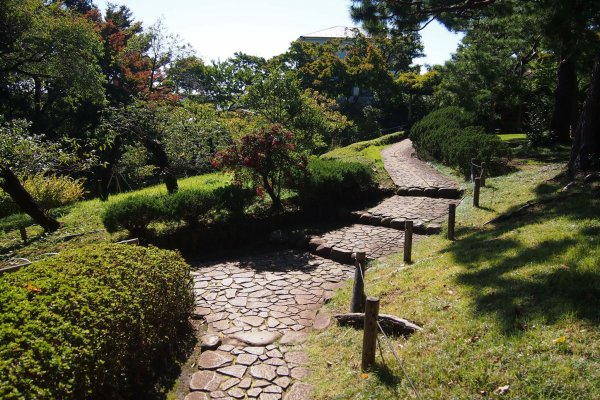 Walk on the pebble paths of the Tonogayato garden to explore the beautiful features of the landscape garden.