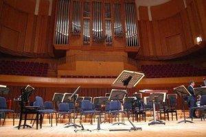 最前列中央からステージを臨む。もうすぐ演奏者がステージに現れる