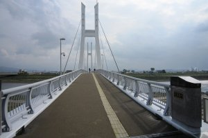 自転車の中学生が渡っている。とても優雅な美しさの橋だ