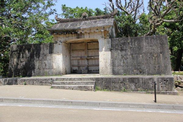 La porte de pierre du Sonohyan-utaki, en face du château de Shuri, était la sortie réservée exclusivement au roi lorsqu\'il partait rendre visite à son peuple