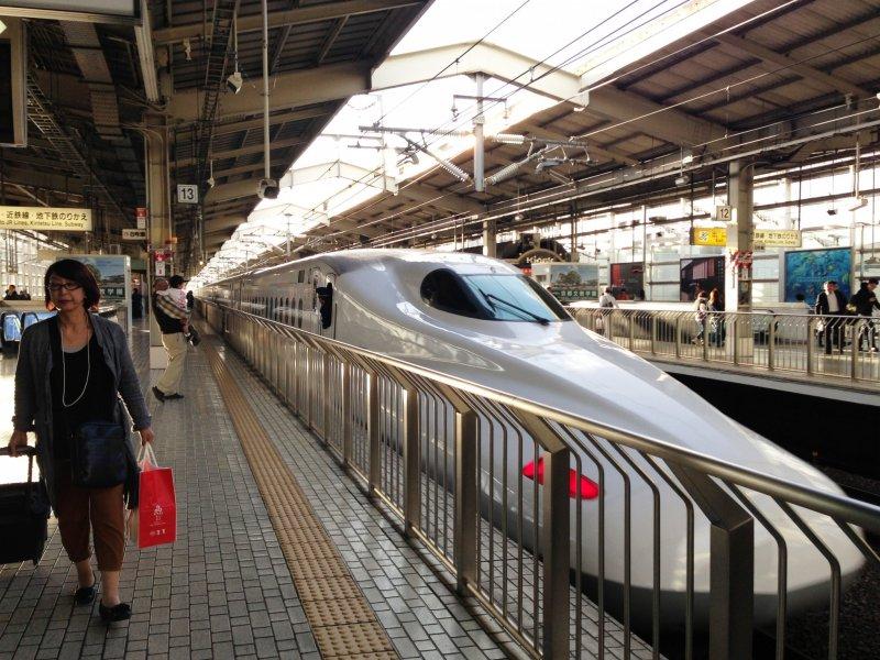 <p>El tren bala Shinkansen en la estaci&oacute;n de Kyoto</p>