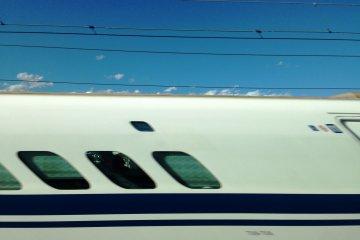 <p>Esto es lo que pasa cuando intentas tomar una foto de un Shinkansen que viene del lado contrario</p>