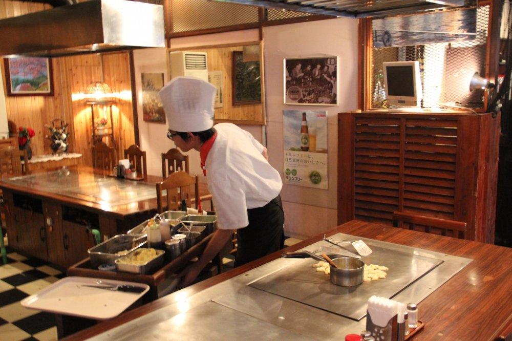 Hầu hết các món trong thực đơn của nhà hàng Teppanyaki đều được nấu tại bàn, trừ súp, salad và một số món khai vị.