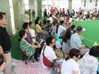 Several generations gather to watch the undokai