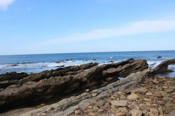 海岸からすぐにこの奇岩が在る。幅およそ6,70メートルというところか