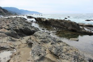 堅い砂岩だけがこのように残る。しかしこれもやがて浸食されていくのかもしれない