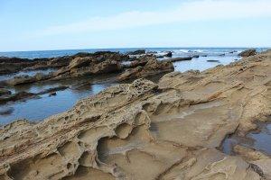 波が砂岩に施した彫刻の変幻さが見事だ