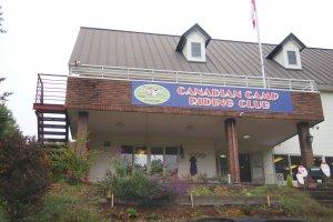 ฉันมาถึงที่ค่ายสโมสรขี่ม้าของแคนาดาในตอนเช้า ฉันทำตามขั้้นตอนการสมัครก่อนที่ฉันจะไปทำความรู้จักกับม้าของฉัน