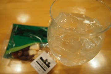 <p>I&#39;m a lightweight, so I stuck to whiskey and soda. The snacks and chocolate served with it were really yummy!</p>