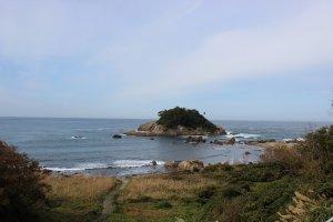 海岸沿いの高台から臨む亀島。干潮になると徒歩で島まで渡ることができる