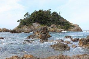 島の所在地は松蔭町にある。周囲2キロの無人島
