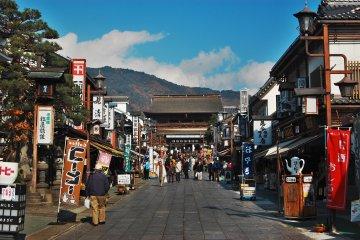 <p>โอโมเตะ ซันโดะ&nbsp;จุดช้อปปิ้งที่ใหญ่ที่สุดในนากาโน่ เดินทางมาได้โดยนั่งรถบัสจากสถานีเพียงแค่ 10 นาที</p>