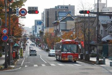 <p>ชูโอะ โดริ ถนนสายหลักในนากาโน่ที่เชื่อมต่อกับสถานี</p>