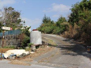Con đường này sẽ nhanh chóng nối dài bởi một con đường đất; ngôi mộ cách con đường này 200 mét