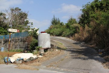 <p>This road quickly becomes a dirt road; the tomb is 200 meters down this road</p>