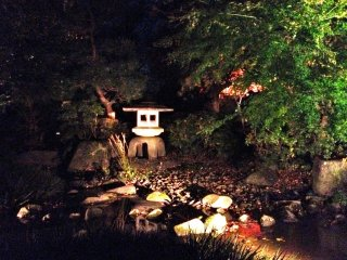 โคมหินในสวนของบ้าน Takahashi Korekiyo
