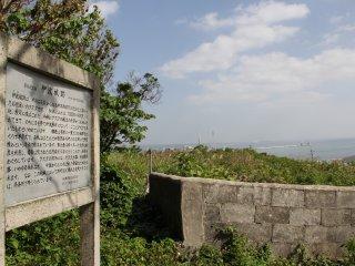Lối vào phụ đến các tàn tích cách khoảng 30 mét về phía nam của cánh cổng đá torrii