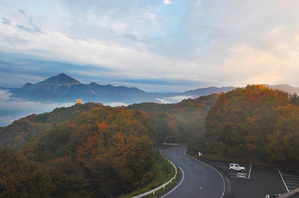 Route sinueuse, forêt et montagnes depuis le parc Muse à Chichibu