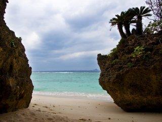 Bãi biển Sesoko nằm mở một góc vô cùng hẻo lánh của hòn đảo cùng tên,..