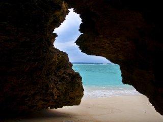 Bãi biển nhìn qua một khe hở trong vách đá