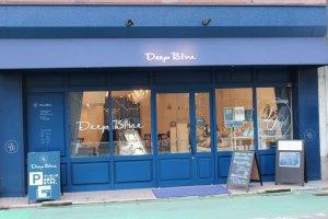 フロマジュリー「ディープ・ブルー」。福井城址の南側、NHK前にある