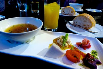 <p>Hors d&rsquo;oeuvre, soup, bread and beverage</p>