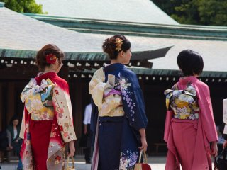 These three young ladies were wearingamazing kimono; I was tempted to think that they looked more beautiful than the bride... butno, of course not!