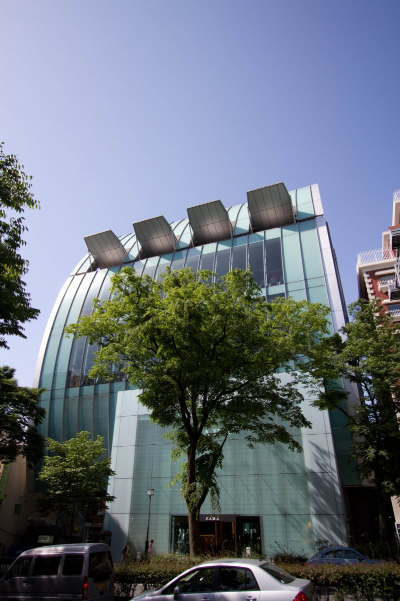 <p>On the opposite site of Omotesando&nbsp;there&#39;s this fancy convex shaped building, &quot;hosting&quot;&nbsp;Zara and the Gold&#39;s Gym on the upper floors.</p>