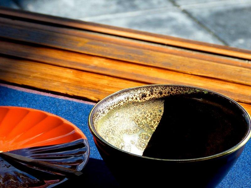녹차를 담는 아름다운 전통 찻잔