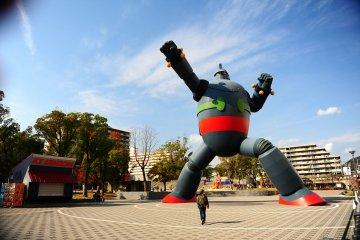 1995년 한신 대지진 이후 고베을 상징하는 경외심을 불러일으키는 기념비로서 앞으로 도시를 재난으로부터 보호해야 한다