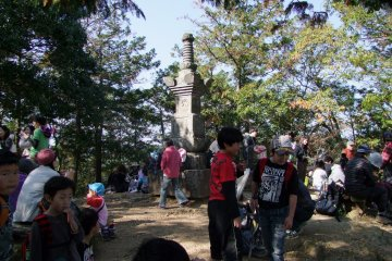 <p>A busy day at Mt. Hiwada&#39;s summit, which is filled with people eating lunch during the height of fall-colors season.</p>