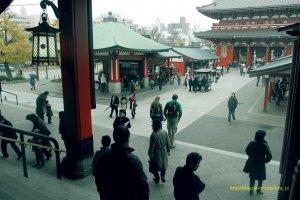 아사쿠사 센소지 내부. 이날은 비가 와서 관광객이 적은 편이었다.