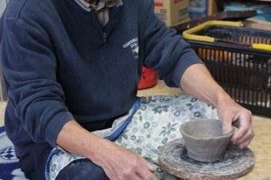 陶芸体験教室での最初は、抹茶茶わんを手回しろくろで作る。手回しろくろとは言っても手美練りである。これが陶芸の妙味だ
