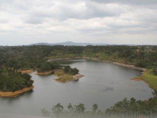 Hồ chứa nước được tạo ra bởi Đập Kurashiki đã từng là một ngôi làng nông thôn trước Thế chiến thứ II, sau đó được quân đội Hoa Kỳ sử dụng làm kho cung cấp quân cụ trước khi con đập này được xây dựng.