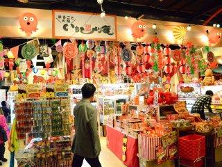 Di sebelah museum adalah toko suvenir yang menjual merchandise-takoyaki terkait!