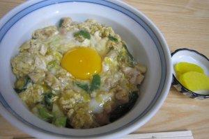 新鮮で美味しい生卵入り親子丼。さすがにプロの味である